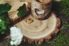 Обручальные кольца на пне в зеленой траве Стоковые Изображения