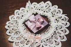 Обручальные кольца на подарке с смычком Стоковое фото RF