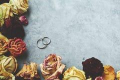 Обручальные кольца на серой конкретной предпосылке Стоковая Фотография RF