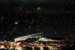 Обручальные кольца на таблице с красивым светом стоковые изображения rf