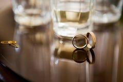 Обручальные кольца на таблице Стоковые Фото