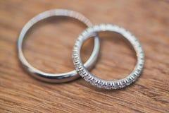 Обручальные кольца на таблице Стоковая Фотография RF