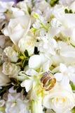 Обручальные кольца на цветках Стоковое Изображение