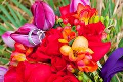 Обручальные кольца на цветках Стоковая Фотография RF