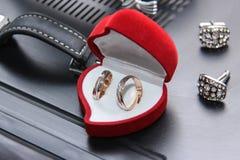 Обручальные кольца новобрачных внутри стоковые изображения rf