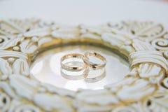 Обручальные кольца с отражением в зеркале Стоковые Изображения