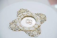 Обручальные кольца с отражением в зеркале Стоковое Фото