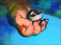 Обручальные кольца удерживания руки младенца стоковая фотография rf
