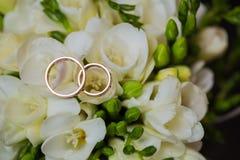2 обручального кольца в знаке безграничности человек влюбленности поцелуя принципиальной схемы к женщине Стоковое Изображение