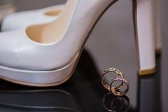 2 обручального кольца в знаке безграничности человек влюбленности поцелуя принципиальной схемы к женщине Стоковые Изображения