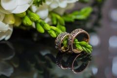 2 обручального кольца в знаке безграничности человек влюбленности поцелуя принципиальной схемы к женщине Стоковое Изображение RF