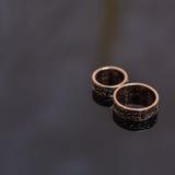 2 обручального кольца в знаке безграничности человек влюбленности поцелуя принципиальной схемы к женщине Стоковое фото RF