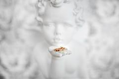 2 обручального кольца в руке ангела Стоковая Фотография