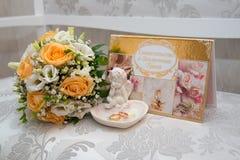 2 обручального кольца золота лежат на диске в розе Стоковые Изображения