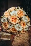 2 обручального кольца и букет апельсина и белых роз Стоковое фото RF