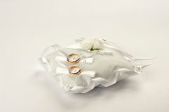 2 обручального кольца на белой подушке Стоковое фото RF