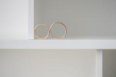 2 обручального кольца на белой предпосылке Г-н Bayard Вырезывания Стоковые Фотографии RF