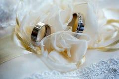 2 обручального кольца на белой предпосылке с шнурком Стоковое Изображение
