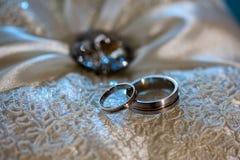 2 обручального кольца на белой предпосылке с ston, шнурком Стоковое Фото