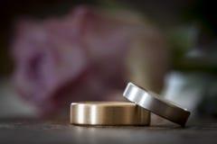 2 обручального кольца на деревянной поверхности с подняли Стоковое фото RF