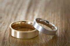 2 обручального кольца на деревянной поверхности Стоковые Фото