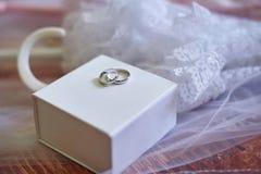 2 обручального кольца сделанного из белого золота на коробке Стоковое Фото