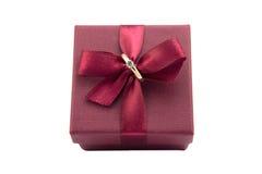 Обручальное кольцо в бургундской коробке при смычок изолированный на белой предпосылке стоковые фото