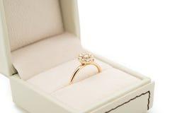 Обручальное кольцо в подарочной коробке Стоковая Фотография