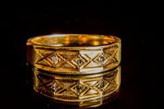 Обручальное кольцо золота ` s человека с диамантами Стоковое Изображение RF