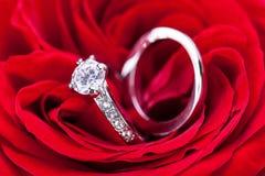 Обручальное кольцо диаманта в сердце красной розы Стоковые Изображения