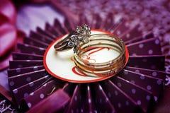 Обручальное кольцо диаманта и обручальное кольцо человека Стоковые Изображения RF