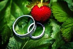 Обручальное кольцо диаманта на зеленой предпосылке Стоковые Изображения