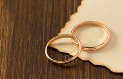 Обручальное кольцо и постаретая бумага на древесине Стоковое фото RF