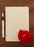 Обручальное кольцо и постаретая бумага Стоковые Изображения