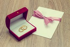 Обручальное кольцо и приглашение Стоковые Изображения