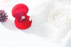 Обручальное кольцо, кольцо с бриллиантом в красной коробке Селективный фокус Стоковые Фото