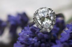 Обручальное кольцо на лаванде Стоковое Фото