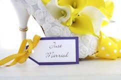 Обручальное кольцо на красивой белой пятке ботинка шпилек Стоковые Изображения