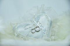 Обручальное кольцо на подушке сердца Стоковые Изображения RF