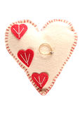 Обручальное кольцо на подушке сердца Стоковые Изображения