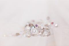 Обручальные кольца белого золота и angage звенят Стоковая Фотография RF