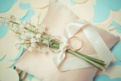 Обручальные кольца белого золота с букетом Стоковое Изображение RF