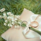 Обручальные кольца белого золота с букетом Стоковое фото RF
