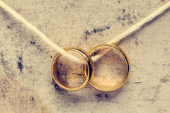 Обручальные кольца вися на веревочке Стоковое фото RF