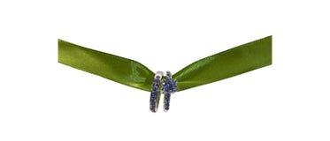 Обручальные кольца вися на красивой зеленой ленте на белой предпосылке стоковые изображения rf