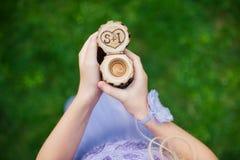 Обручальные кольца в декоративной деревянной коробке на девушке в руке Стоковые Изображения