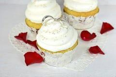 Обручальные кольца в замораживать пирожного Стоковая Фотография