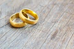 Обручальные кольца в золоте. Стоковая Фотография