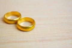 Обручальные кольца в золоте. Стоковые Фото