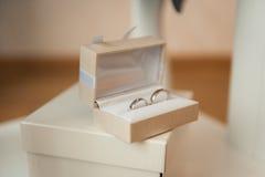 Обручальные кольца в коробке цвета слоновой кости Стоковая Фотография RF